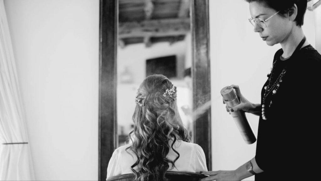 Sandra realizando el servicio de maquillaje a domicilio en Ibiza